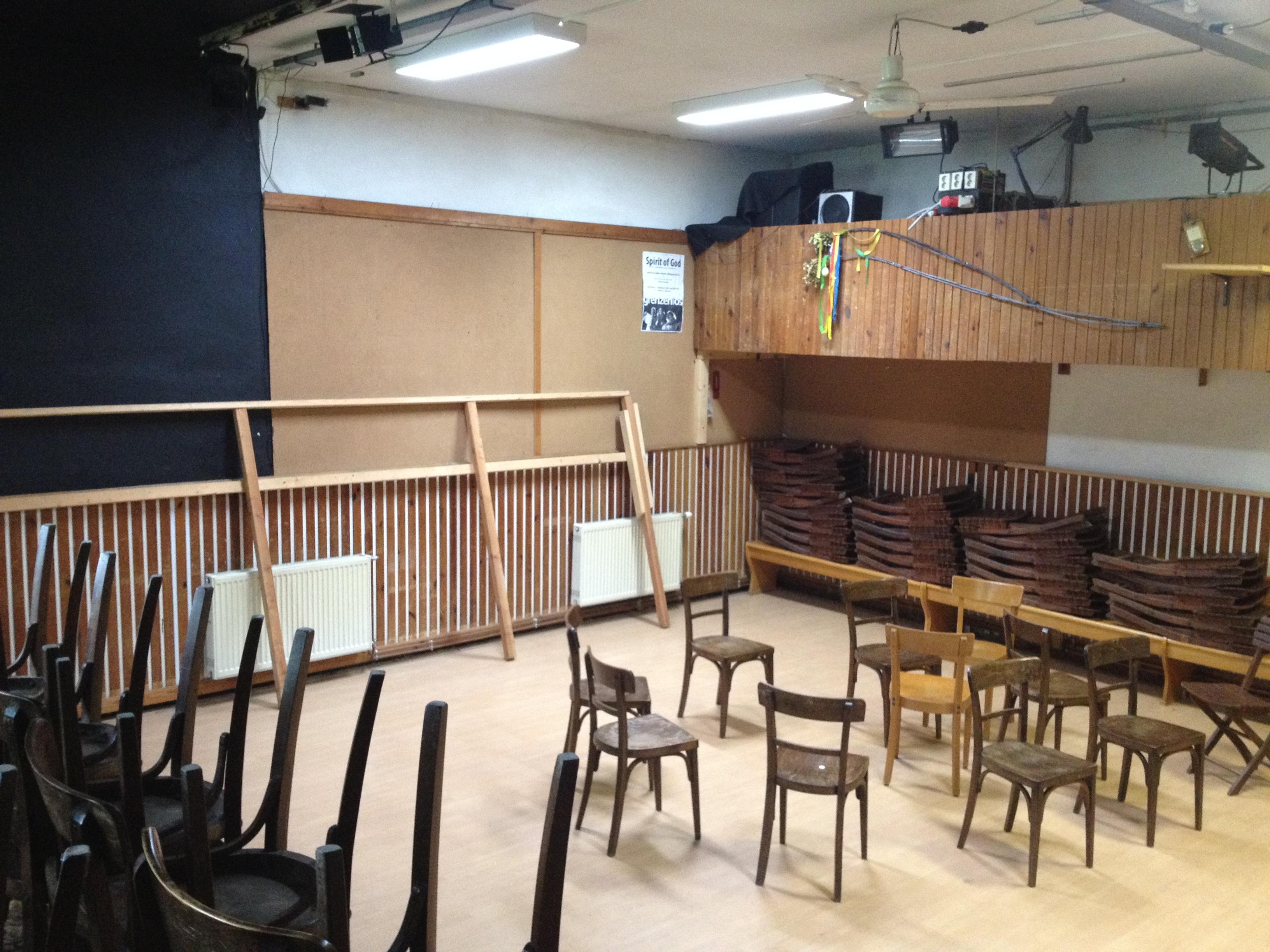 Vorher... Der Theaterraum hatte noch viel vor sich!