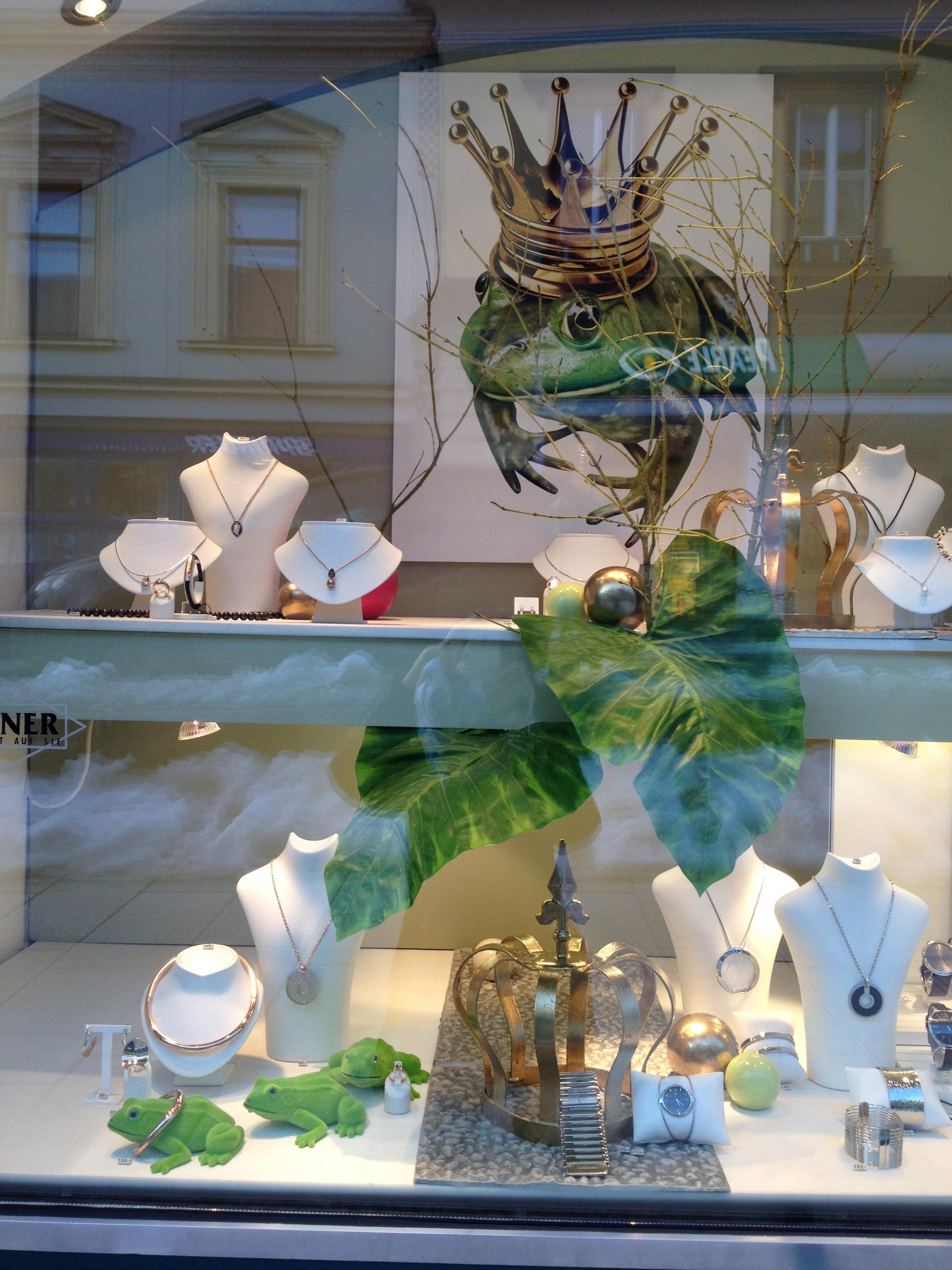 Froschkönig in der Auslage des Juwelier Gföllner in Mürzzuschlag